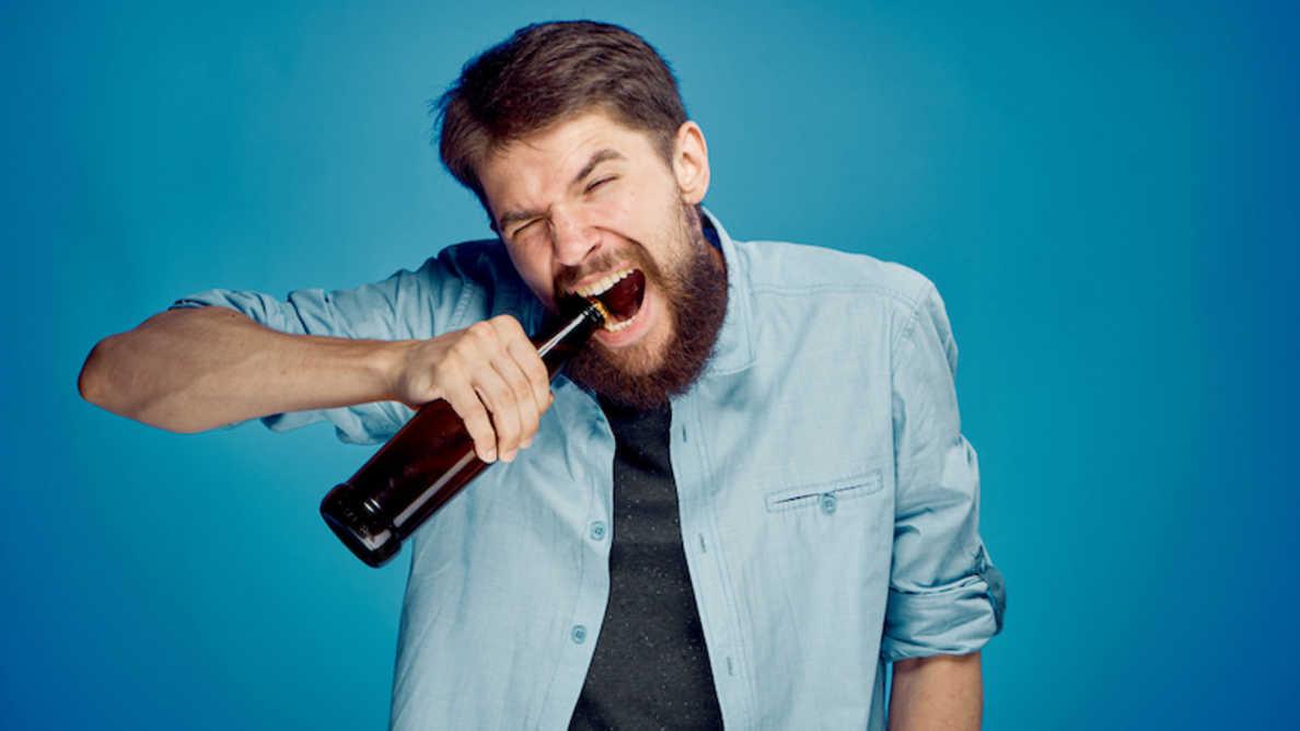 Od otevírání lahví po trhání izolepy – studie odhaluje nebezpečné používání zubů