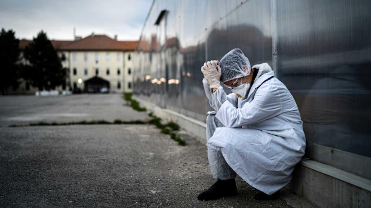 Uusi raportti tuo esille terveydenhuollon parissa työskentelevien ahdingon koronapandemian aikana
