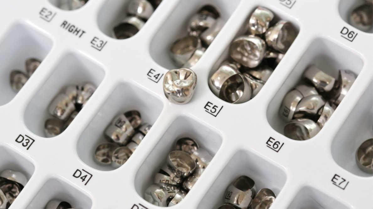 Uso atual e conhecimento de dentistas noruegueses e finlandeses sobre coroas de aço inoxidável
